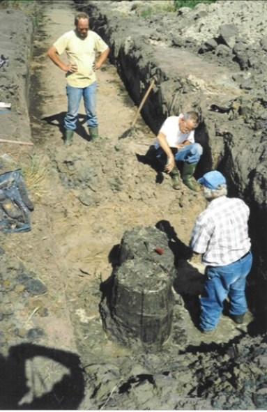 De twee tonputten, waarvan de voorste gedeeltelijk door de wand van de achterste ingegraven blijkt te zijn.