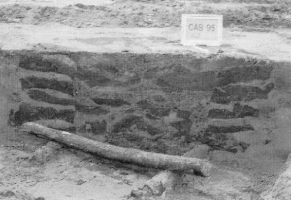 Doorsnede van een vroeg middeleeuwse waterput gemaakt van plaggen. De wanden zijn gefundeerd op liggende ronde balken.