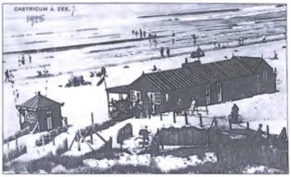 De eerste strandtent van Dirk Bakker met daarvoor de kiosk van Piet Vader.