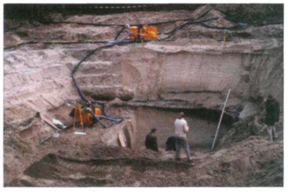 Op de plaats waar ooit secundair E heeft gestaan is een diep gat gegraven. De donkere banden in het zand tonen waar vroeger mensen woonden en werkten. Vlakbij deze plek zijn enkele jaren geleden spectaculaire aardewerkvondsten gedaan, waardoor al een vermoeden bestond dat er vanaf de 7e eeuw voor tot de 7e eeuw na Christus een aanzienlijke nederzetting moet hebben gelegen.