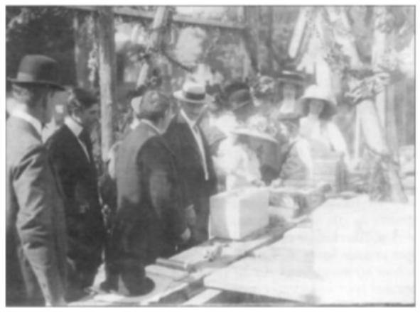 De eerste-steenlegging van het raadhuis in Heemskerk op 2 september 1911. V.l.n.r.: Frits, Henri, aannemer Jan Henneman, oud-burgemeester Hugo Gevers (met strohoed) en op de achtergrond: Daan in matrozenpakje, Corry en mevr. Gevers - van Lennep (foto gemeentearchief Heemskerk).