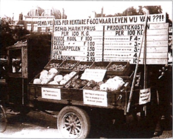 In september 1932 hielden land- en tuinbouwers uit Noord-Holland een betoging in Amsterdam. De aandacht werd gevestigd op het verlies dat gemiddeld per hectare werd geleden door de scherpe daling van de prijzen voor agrarische producten. Verder werden producten getoond die deze zomer bij duizenden kilo's op de mestvaalt werden geworpen, het zogenaamde 'doordraaien'.