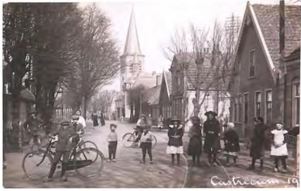 Doorkijk van de Dorpsstraat in de richting van de nieuwe Pancratiuskerk na 1911. Het huis rechts met puntdak, gelegen voor de Cieweg, was toen een bakkerij en werd eerder besproken. Direct na de Cieweg zien we het omstreeks 1906 gebouwde pand, dat nu nog bestaat als café, Dorpsstraat 87. Het postkantoor, Dorpsstraat 89 is op deze foto niet zichtbaar; omdat het naar achteren was gelegen. Wel weer zichtbaar is het naastliggende pand dat nog bestaat als Dorpsstraat 91.
