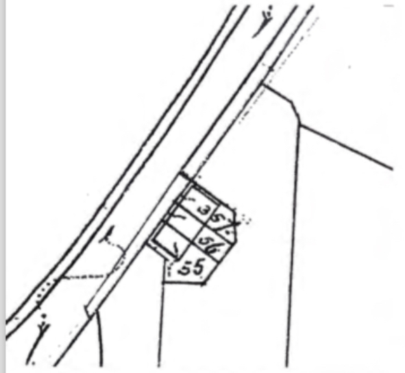Een gedeelte van de kadasterkaart opgemaakt in 1896, waar op de plaats van slagerij Admiraal (Dorpsstraat 103) en het naastgelegen kleine wooncomplex (Dorpsstraat 105) de bouw is aangegeven van drie aaneengesloten panden met resp. kadasternummers 355, 356 en 357.