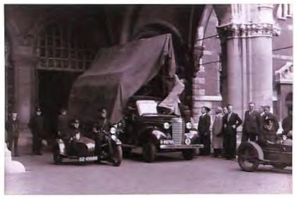 Met deze wagen en op dezelfde manier werd op 4 september 1939 de Nachtwacht naar kasteel Radboud in Medemblik gebracht en vervolgens op 13 en 14 mei 1940 naar Castricum (foto Rijksmuseum).