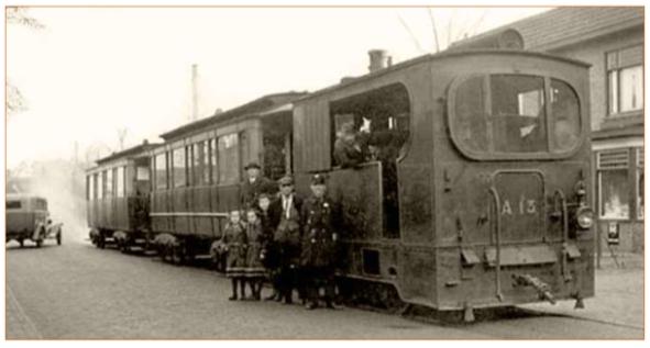 Beeld van de stoomtram Haarlem-Alkmaar. Gezien de nummering behoorde de locomotief - van Belgische makelij - tot het oudste type dat op het baanvak in gebruik is geweest. De locomotief telde twee 'bemanningsleden', een bestuurder en een stoker en reed in feite achterstevoren, dat wil zeggende schoorsteen zat aan de achterkant, opdat de stoom het gezichtsveld van de bestuurder zo min mogelijk zou verstoren. De rijtuigen achter de locomotief zijn van het oudste type dat bij de TN in bedrijf is geweest en boden 20 zit- en 16 staanplaatsen. Er was petroleumverlichting en er waren warmwaterstoven tegen de kou beschikbaar!