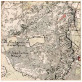 De kaart uit 1850 laat zien dat het duingebied zich uitstrekte tot de huidige Mient. Rechts is ter oriëntatie het tracé van de geplande spoorlijn ingetekend. Met de pijl wordt het gebied van de Zanderij aangegeven.