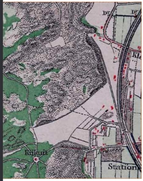 Deze afbeelding geeft de situatie van 1879 weer. Nog maar een beperkt deel van de Zanderij is afgegraven. Op een kaart uit 1900 bleek dit al wel het geval te zijn. Op alle bestudeerde kaarten is geen spoor van de gevonden duinbeek zichtbaar.