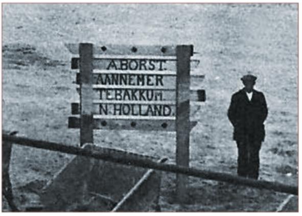 Detail foto met daarin uitvergroot het bord: A. Borst, Aannemer te Bakkum.