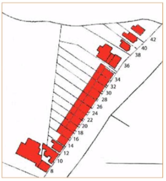 Kadasterkaart uit 1939, waarop aangegeven de in dit artikel te bespreken panden. De panden waren gelegen aan de Alkmaarderstraatweg en de toen geldige nummering is aangegeven. Pas in 1980 werd dit straatgedeelte herbenoemd als Dorpsstraat en in de navolgende tekst wordt dan ook gerefereerd aan de huidige nummering. Opvallend is het grote onbebouwde erf, waarover de boerderij op nummer 8 toen nog beschikte en de naar het noorden steeds breder wordende tuinen achter de huizen.