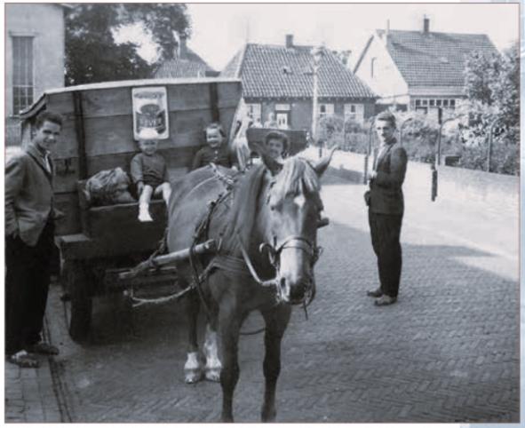 Gerard (links) en Ber Beentjes (rechts) venten met paard en wagen.