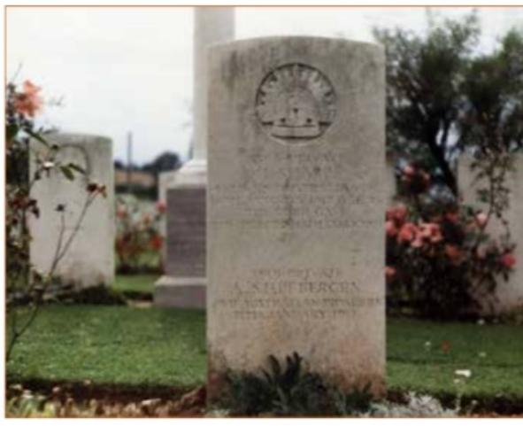 De grafsteen van Anthoon Stuifbergen op het Australische oorlogskerkhof bij Mericourt-L'Abbe. Foto: Ton Stuifbergen - Noordwijk.