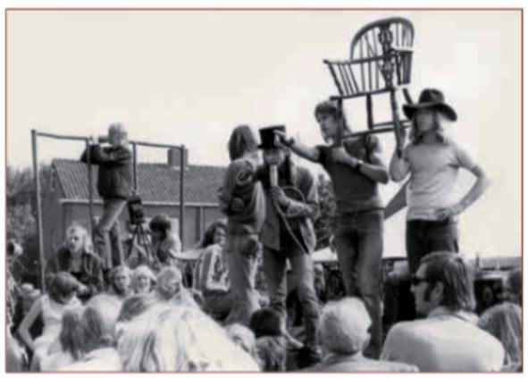 Er zijn vele rommelmarkten gehouden voor De Bakkerij. Hier proberen de veilingmeesters geld in te zamelen op 27 augustus 1973.