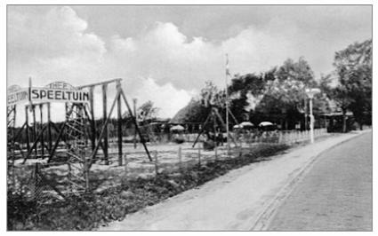 Een foto uit de jaren 1930, nu met duidelijk de speeltuin in beeld en daarachter de theetuin.
