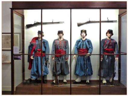 Vitrine in het Zouavenmuseum in Oudenbosch met originele uniformen. De Turks aandoende kledij van de pauselijke zouaven was ontworpen naar het voorbeeld van het Frans legeronderdeel in Algiers, waaraan zij tevens hun naam ontleenden.