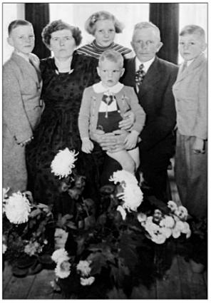 Bij het 12,5-jarig huwelijk in 1953 van Alie Duijn en Siem Poel met de kinderen.