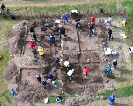 Amateur-archeologen actief in de tuin van het Strandvondstenmuseum.