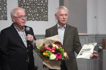 Aanbieding van het eerste exemplaar van het 40e Jaarboek door voorzitter Sibinga aan Simon Zuurbier.