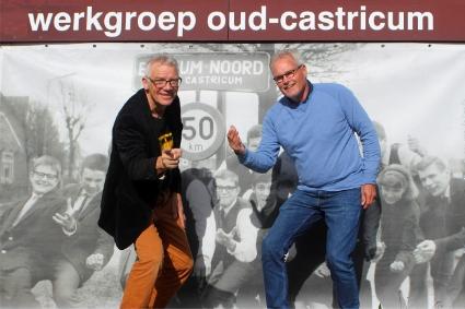 Cor Smit (links) en Hans Boot voor de winnende foto van Bakkum.