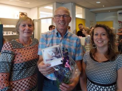 Dierenarts Harry Wolters met links zijn vrouw Aya en rechts opvolgster Marjolein Lieuwes - Schellekens.