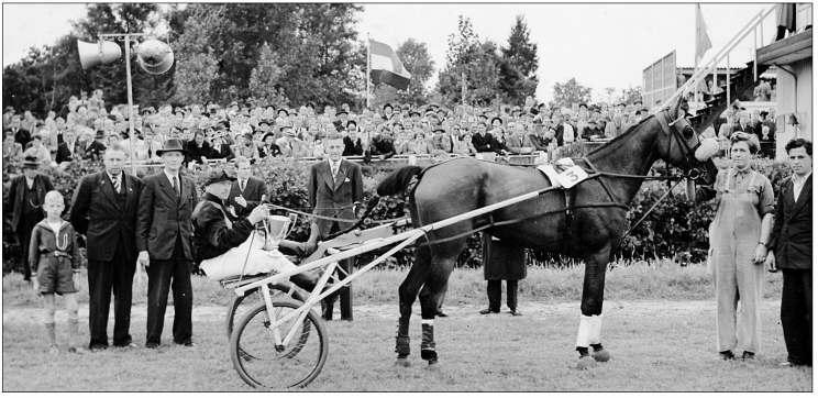 Huldiging van de merrie Lina Bonnie en pikeur Joop van den Berg na hun zege in het Jochems Memoriaal op 3 september 1950 op renbaan Duindigt. Links staat eigenaar Klaas Groot met schoonzoon Cor Geluk en kleinzoon Nico Geluk.