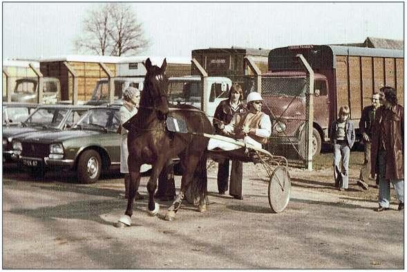 Sjaak Geluk op drafbaan Alkmaar in 1975 met rechts de Castricumse eigenaar Loek Kaandorp.