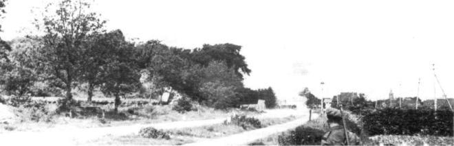 Een kantelblokversperring: aan de Vinkenbaan en de Beverwij-kerstraatweg was een dergelijke versperring gebouwd. Laatstge-noemde wordt hier kort na de oorlog opgeblazen.