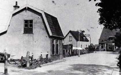 Afbeelding 2 Afgebroken woningen aan de westzijde van de Mient nabij de aansluiting op de Ruiterweg.