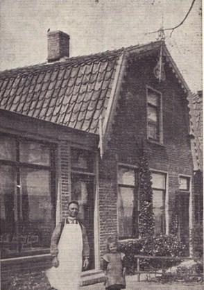 Kleine Bertus (Stuifbergen) met nichtje voor de barbierswinkel. Foto: Schippers vanb het Stet