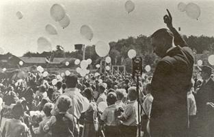 Feestelijke opening speeltuin Tetburgstraat, met toespraak van burgemeester Smeets. De speeltuin heeft bestaan van 1949 tot midden jaren vijftig