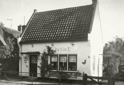"""Ca. 1965. Woonhuis """"De Vink"""". Op het huisje staat in de muurankers 1946. Hier woonde de familie Van Amersfoort. Foto: WOC"""