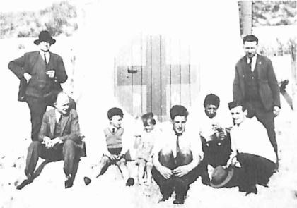 Dokter Leenaers, 2e van links, bij de strandpost van de EHBO in 1933.
