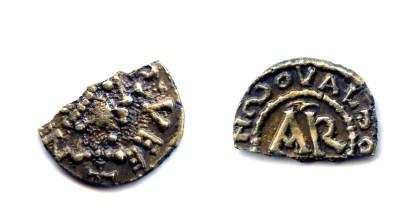 Triens van laag goud gehalte.  Merovingen (450-750 n.C.),  AR = Clermont Ferrand.  Mogelijk Belgische imitatie