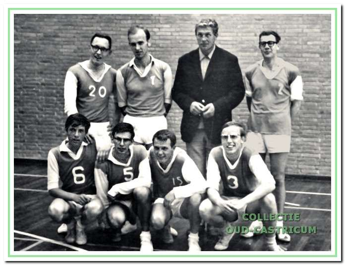 Trainer/coach Jan Smit met zijn kampioensteam in 1966.