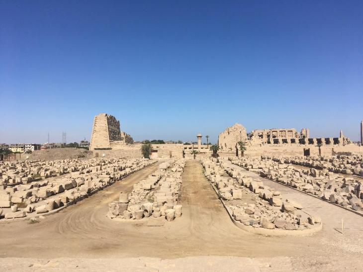 De tempel van Amon-Ra in het Karnak-complex in zijaanzicht met aan de linkerkant de toegangspyloon