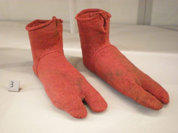 Een paar sokken uit Romeins Oxyrhynchus, met inkeping aan de tenen voor een sandaalriem