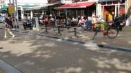 Nog steeds illegale tafeltjes aan de stoeprand terwijl er een vergunning is voor op het plein. En een fiets dwars op de stoep kan er ook nog wel bij.