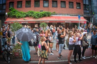 Bewoners tussen de fans van Shawn Mendes
