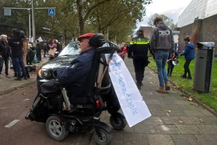 """Een ongeduldige automobilist vond dat hij het recht had om dan maar via het fietspad te verder te rijden. Geblokkeerd door een """"trekker""""!"""