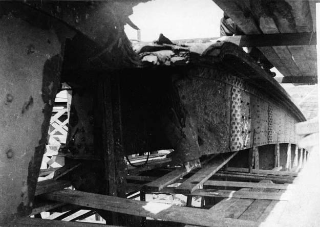 Schade na bombardement aan Lekbrug