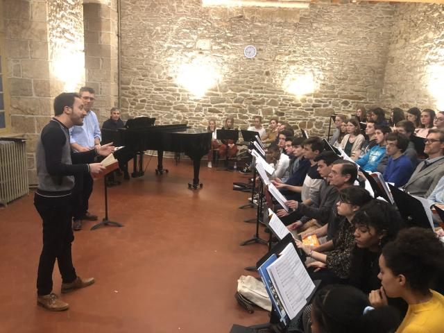 Damien Guillon met Thursday, November 14, 2019, students of the master of Sainte-Anne-d'Auray.