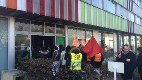 Des personnels des urgences manifestent devant l'hôpital Saint-Jacques