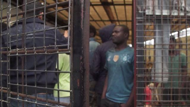Dans un centre de rétention pour les migrants, à Tripoli, CNN a rencontré des migrants en attente d'expulsion vers leur pays d'origine.