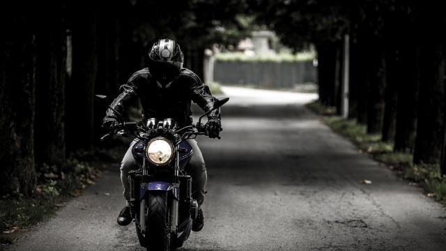 Un homme circule à moto (illustration).