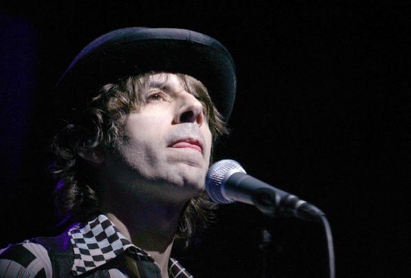 Le chanteur Thomas Fersen sur la scène de l'Olympia le 22 février 2006 à Paris (AFP/PIERRE ANDRIEU)