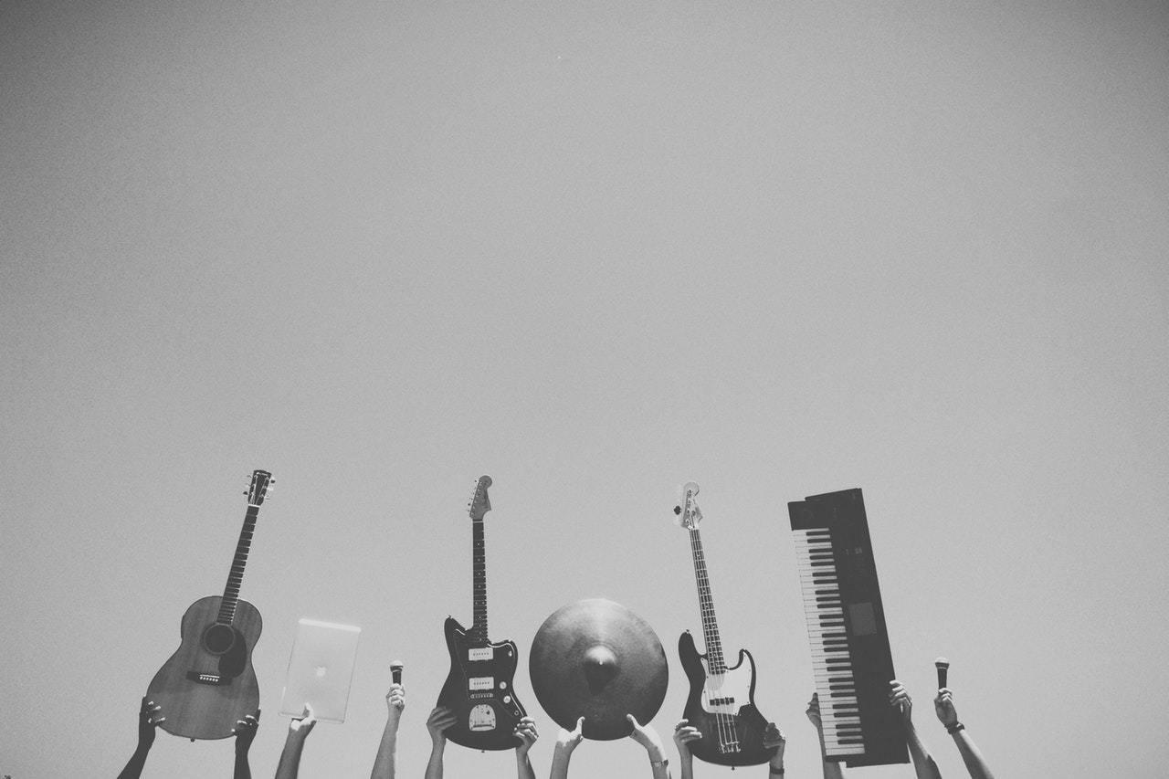 photo-instruments-noir-et-blanc-jouer-guitare-piano