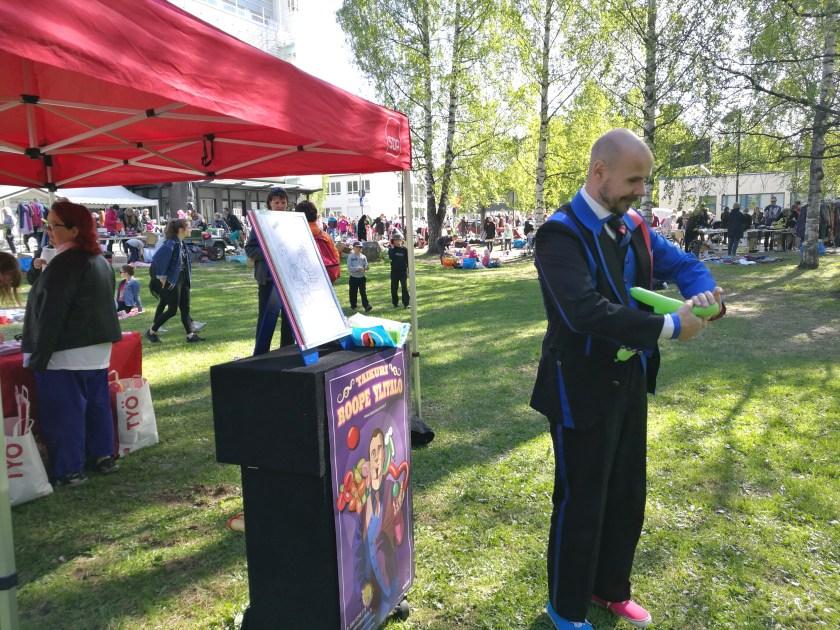 Taikuri Roope Ylitalo piti hauskan ja jännittävänkin taikaesityksen, jonka lisäksi hän muotoili ilmapalloista kuvioita lapsille,