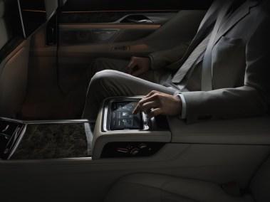 2016-BMW-7-rear-console-dark