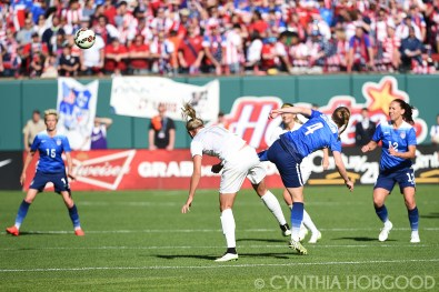 Becky Sauerbrunn (4) and Hannah Wilkinson (17) vie for the ball.