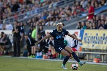 Jaelene Hinkle controls the ball (Shane Lardinois).